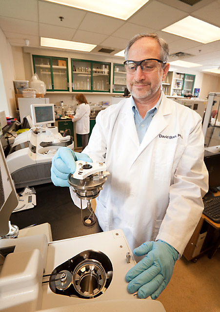 ARS physiologist David Baer analyzes diet study samples in the laboratory